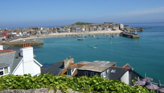 <B><I>'St Ives Entertains'</I></B>